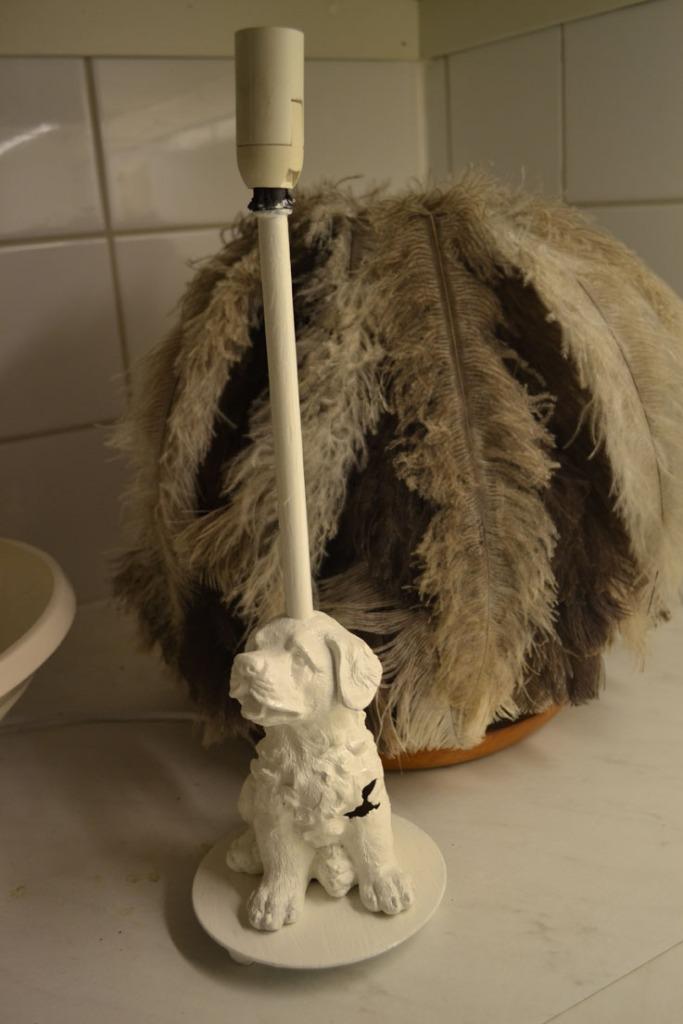 Diy lampa av hund och fjädrar. Lamp out of puppy and feathers.
